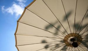 Sous le parasol exactement