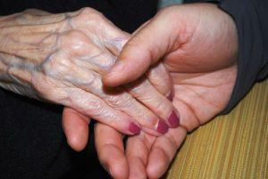 La main d'une personne âgée touchée par une plus jeune